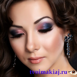 Макияж к голубому платью и карие глаза